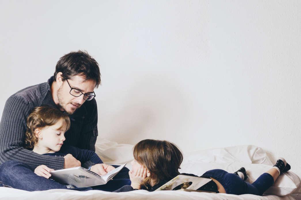 https://pl.freepik.com/darmowe-zdjecie/ojciec-czytanie-książki-do-corki-w-łożku_1540855.htm