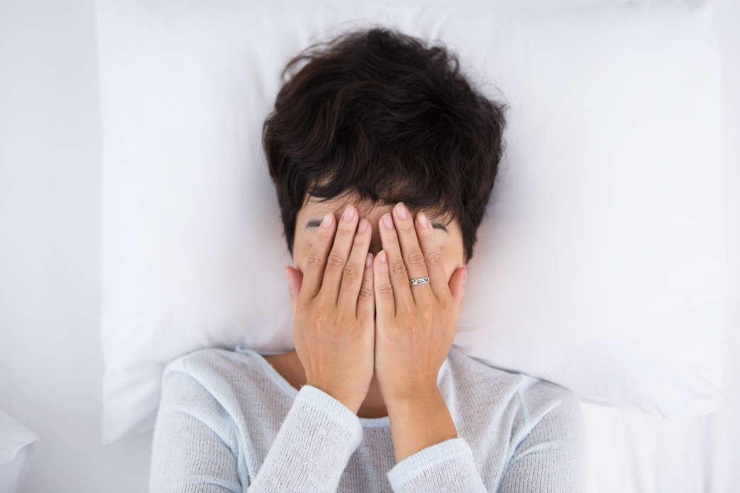https://pl.freepik.com/darmowe-zdjecie/ciemnowłosa-kobieta-obejmuje-twarzy-i-leży-w-łożku_1304586.htm