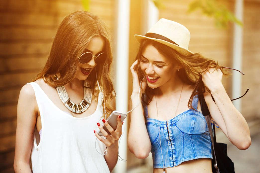 https://pl.freepik.com/darmowe-zdjecie/happy-znajomych-patrząc-ekranie-telefonu-o-zachodzie-słońca_909335.htm