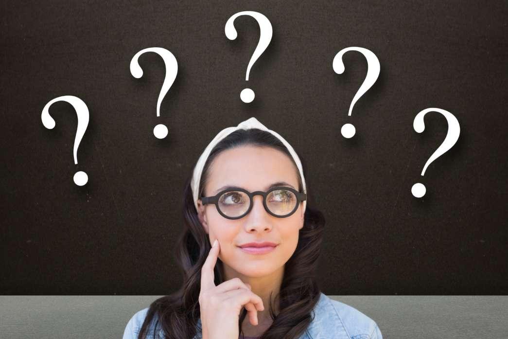 https://pl.freepik.com/darmowe-zdjecie/zamyślona-kobieta-ze-znakami-zapytania_973770.htm