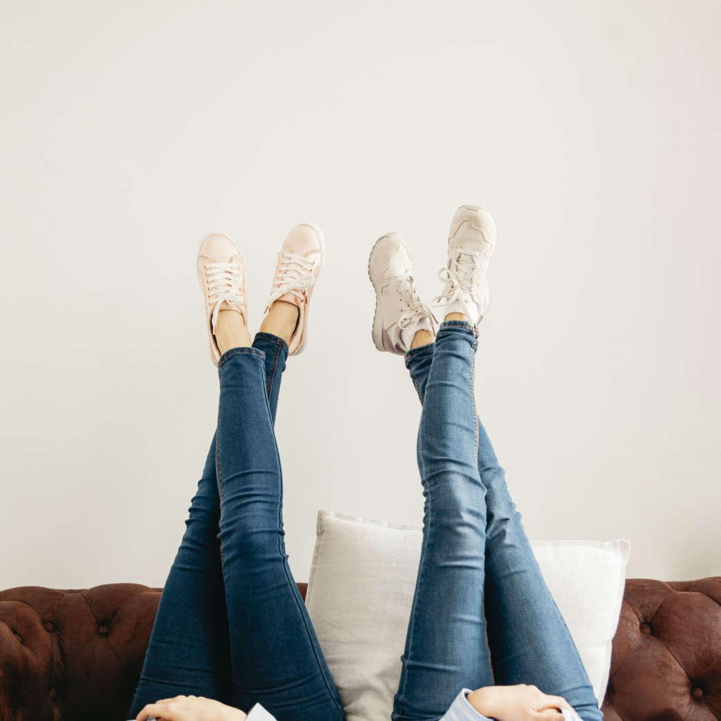 https://pl.freepik.com/darmowe-zdjecie/uprawy-kobiet-leżących-z-nogami-w-gorę_1846420.htm