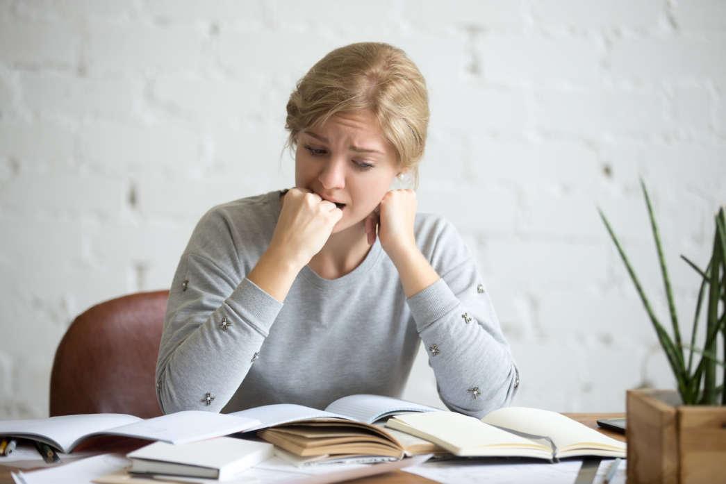 https://pl.freepik.com/darmowe-zdjecie/portret-studenta-dziewczyna-siedzi-przy-biurku-odgryzaniem-pięść_1281607.htm