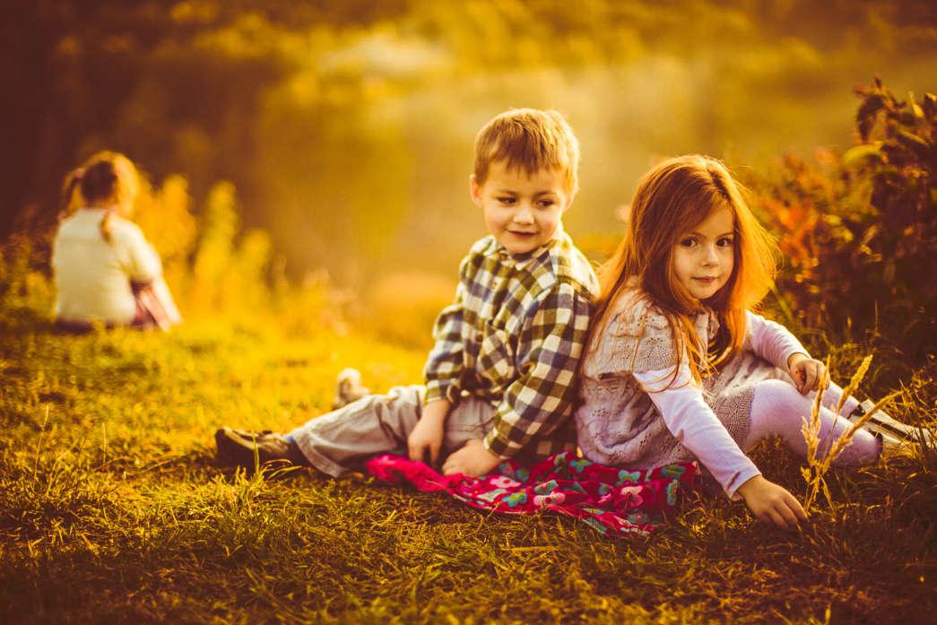 https://pl.freepik.com/darmowe-zdjecie/dzieci-siedzą-obok-siebie-na-szkockiej-kraty_1472570.htm