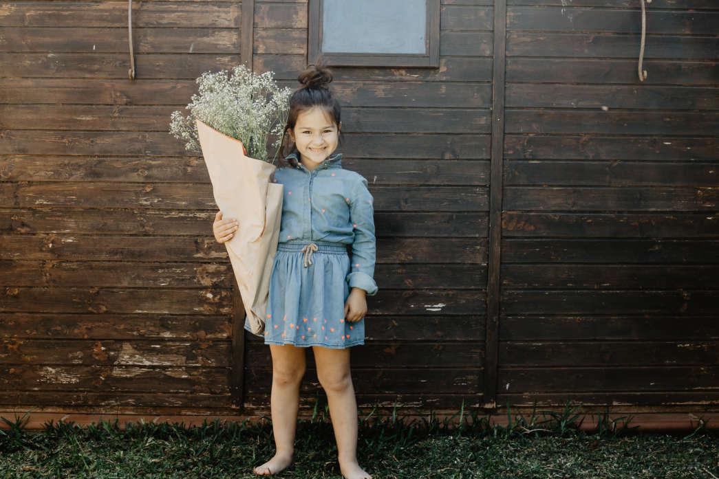 https://pl.freepik.com/darmowe-zdjecie/rozochocona-dziewczyna-z-dzikich-kwiatow-bukietem_1477014.htm