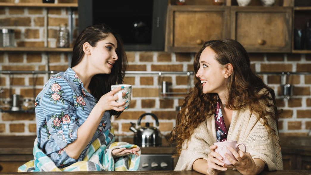 https://pl.freepik.com/darmowe-zdjecie/dwa-szczęśliwego-żeńskiego-przyjaciela-cieszy-się-filiżankę-kawy_3105501.htm